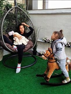 Оксана с дочками - младшей Леей и старшей Ариэлой