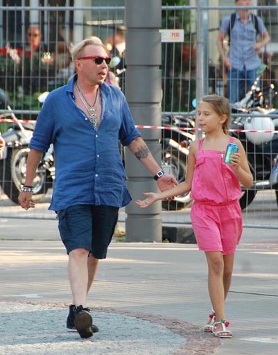 Гарик Сукачев перед концертом гулял с дочерью