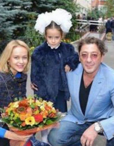 Григорий Лепс с дочкой перед линейкой