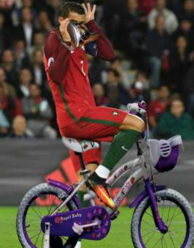 Затем юмористы дорисовали футболисту камеру и велосипед