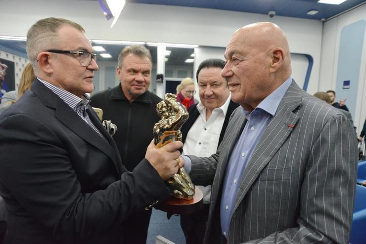 Дмитрия Диброва очень уважают в телевизионной среде. С Владимиром Познером