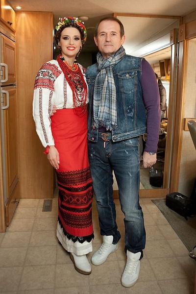 Виктор Медведчук не растерял романтизма и даже после 10-летия совместной жизни продолжал дарить жене букеты