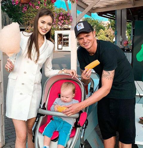 Анастасия Костенко и Дмитрий Тарасов на прогулке с дочерью