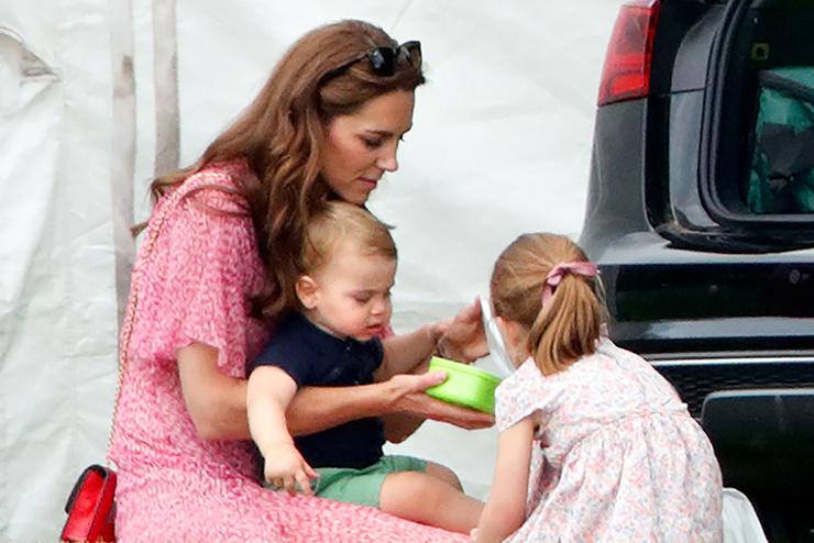 В первый год жизни Луи практически не расставался с мамой.