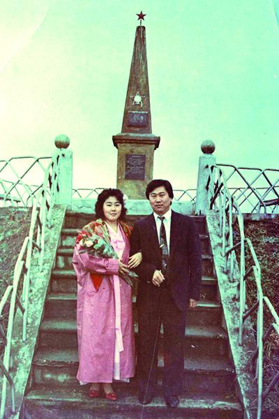 25 лет назад на  «свадьбе невесты» в  Москве Анита была в  традиционном белом,  а на «свадьбе жениха»  в городе Прохладный  нарядилась в корейский  национальный костюм