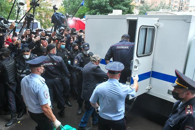 Из здания суда осужденного увезли в СИЗО №5