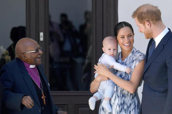 Иногда супруги берут сына с собой на важные встречи