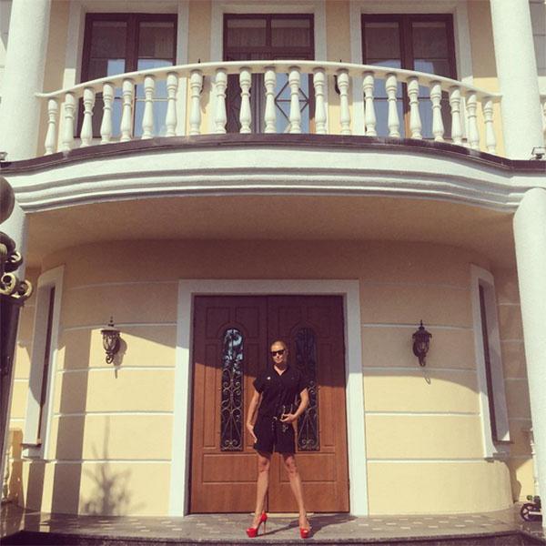 Анастасия Волочкова рядом со своим шикарным домом
