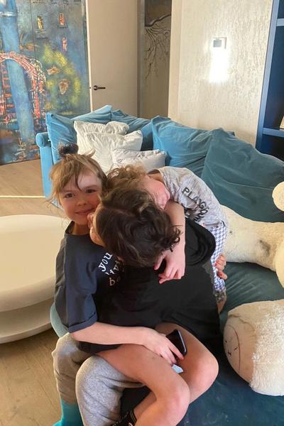 Женщине помогают держаться ее дети, мама и первый супруг