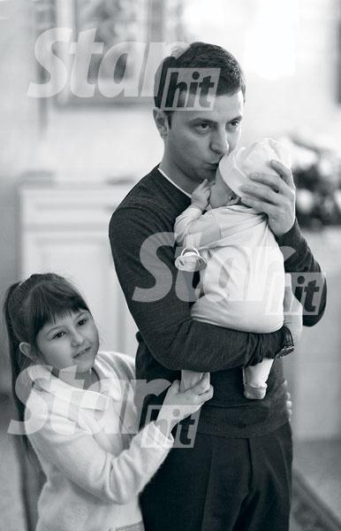 На крестины Владимир нанял фотографа, который сделал стильные черно- белые снимки для семейного архива. На фото – с сыном Кириллом и дочкой Сашей