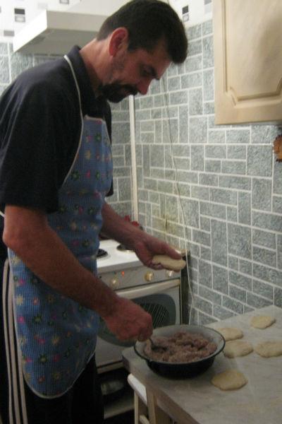 Владимир печет жене беляши, а потом они вместе идут заниматься спортом - отрабатывают калории
