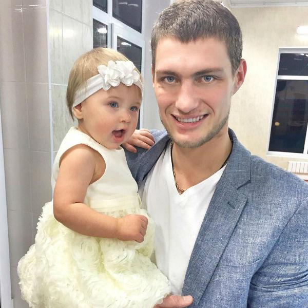 Экс-участник реалити-шоу с дочерью Сашенькой