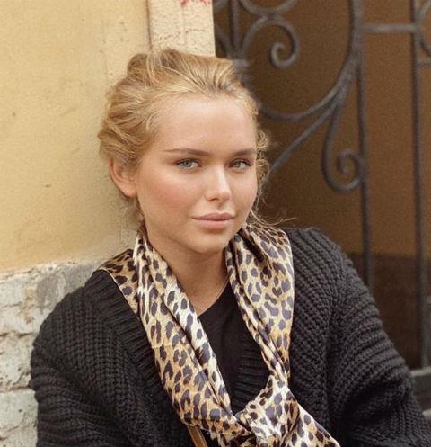 Босая, в сорочке, на голове веночек: Стеша Маликова в образе красавицы-славянки