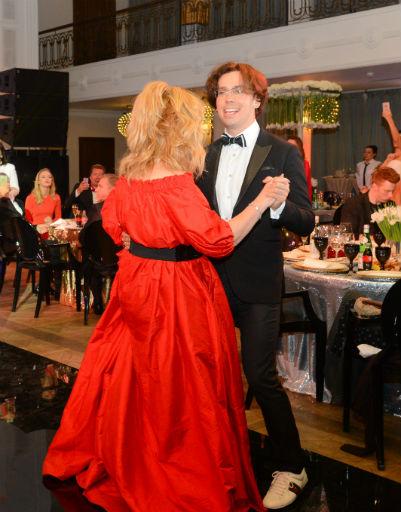 Алла и Максим наслаждались друг другом во время танца