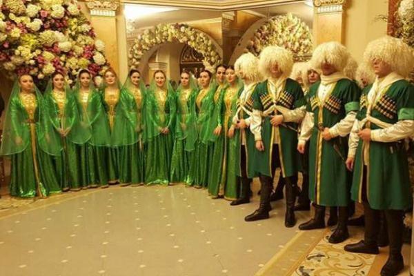 Наряду с мировыми звездами гостей развлекал ансамбль «Лезгинка»