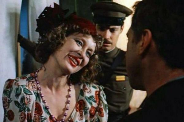 Говорухин предложит Удовиченко роль положительной Вари Синичкиной. Та сделает свой выбор