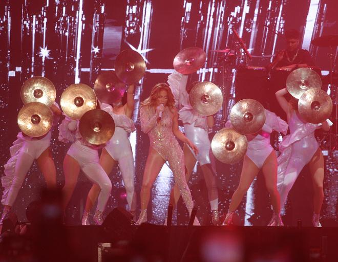 Концерт состоит из лучших хитов Лопес за всю карьеру