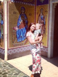 Эвелина Бледанс с Семеном у входа в монастырь Киккской иконы Божьей матери