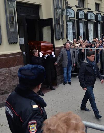 Гроб Караченцова выносят