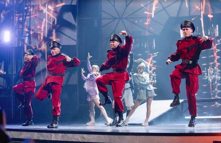 На сцене также вышли хореографы.