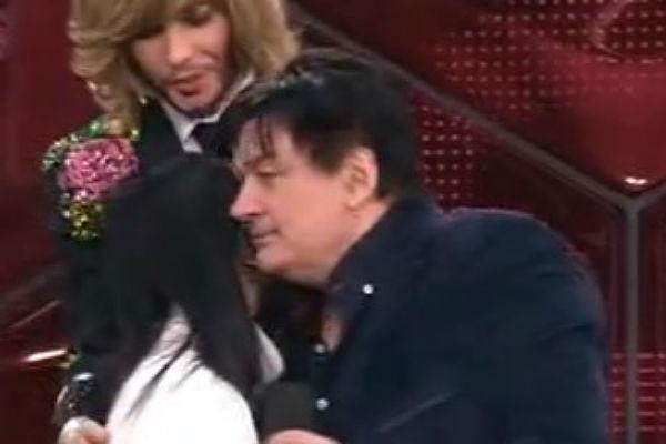 Александр Серов обнял Валентину