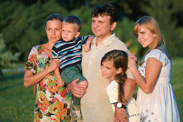 Ведущий женился на коллеге Елене в 1997 году. Они воспитывают сына Тимура, дочерей Валентину и Елену