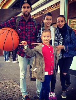 15-летняя Эрика,  падчерица Ивана  Урганта, тоже учится  в «Золотом сечении».  На фото – Иван, Эрика,  Наталья и Нина