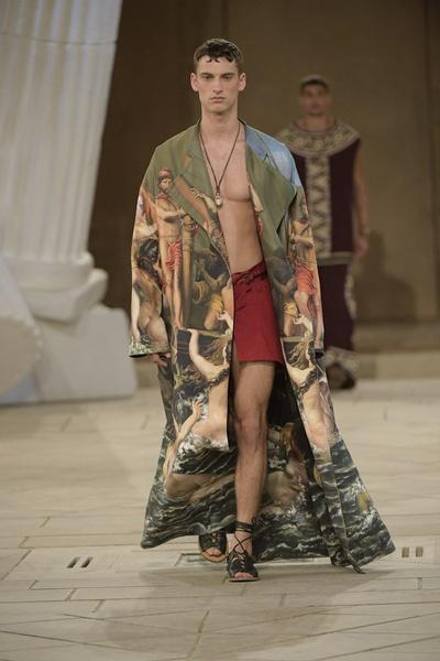 Одеяния Филипп приобрел на Сицилии после закрытого показа коллекции