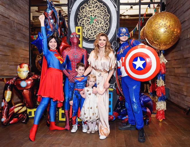 Гостей встречали и развлекали супергерои