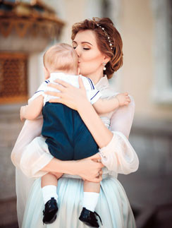 На руках у мамы Максим всегда спокоен