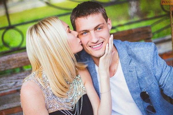 Супруг Элины Александр Задойнов поддерживает ее во всех решениях и устремлениях