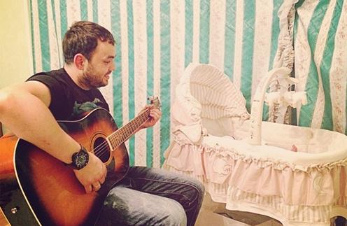 Александр Гобозов поет сыну колыбельные под гитару