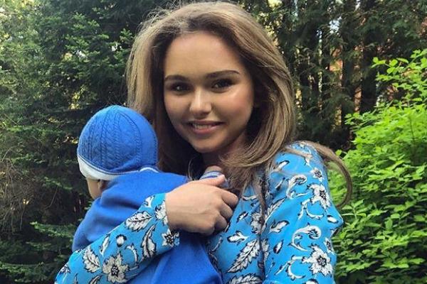 Стефания Маликова нечасто публикует в соцсети снимки с младшим братом
