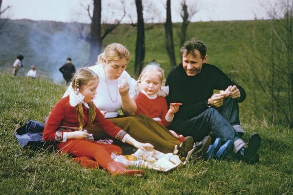 Мария росла вместе с младшей сестрой Ольгой в творческой семьей. Отец Василий Шукшин - писатель, мать Лидия Федосеева - актриса