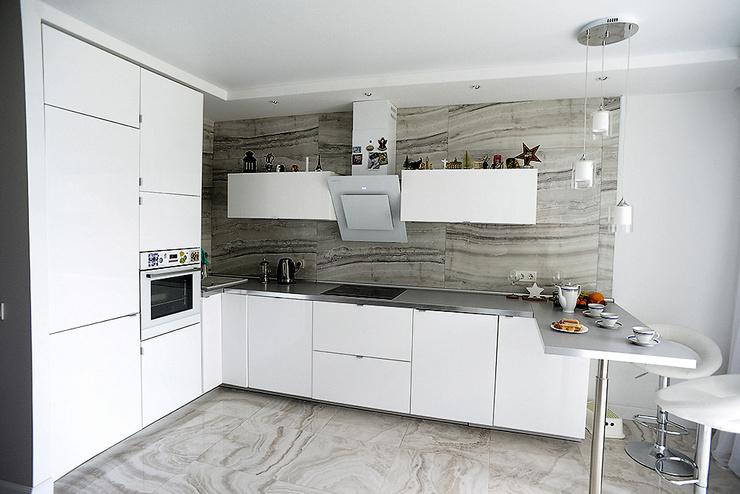 Кухня оформлена в светлых оттенках, что визуально увеличивает пространство