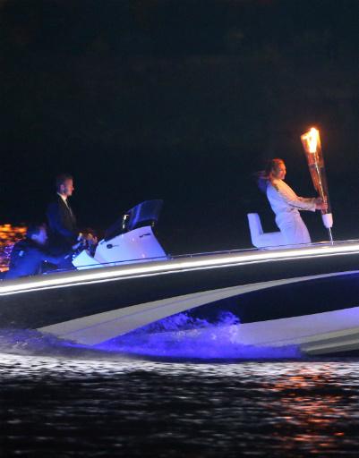 Дэвид Бэкхем везет олимпийский факел в последний час перед его зажжением в огонь
