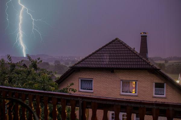 В период непогоды дома следует закрыть все окна и не прикасаться к электроприборам