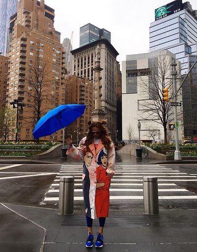Погода в Нью-Йорке не всегда солнечная. Порой приходится носить с собой зонт