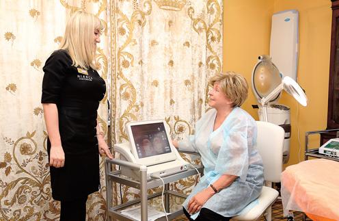 Дерматокосметолог Ирина Пустохина на компьютере показала Ангелине Вовк, как «работает» ультразвуковой лифтинг
