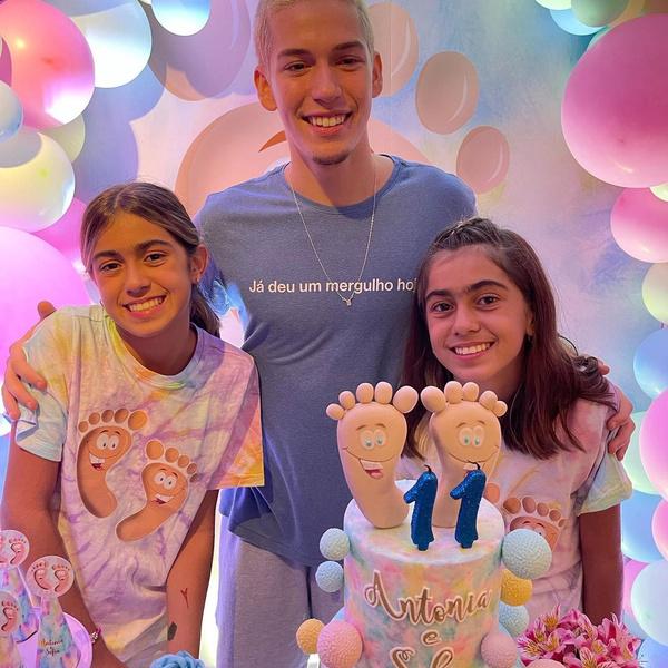 Новости: Розовые шары и торт с пятками. Звезда «Клона» Джованна Антонелли отметила день рождения дочерей – фото №4