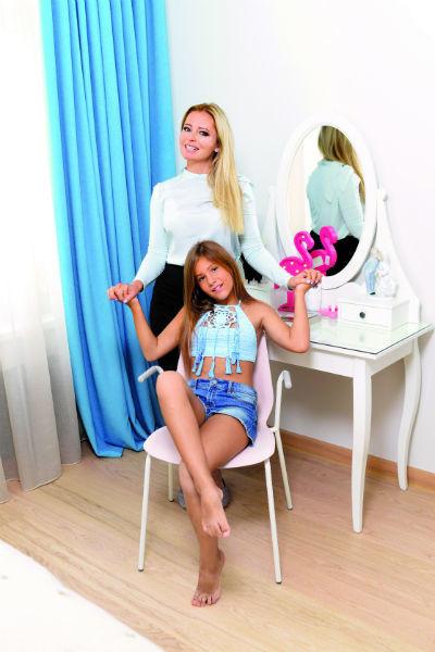 Мама и дочь счастливы жить в новой квартире