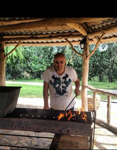 Иосиф - настоящий мужчина. Он готовит для всех шашлык