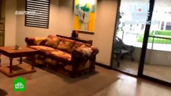 Везде стоит дорогая мебель