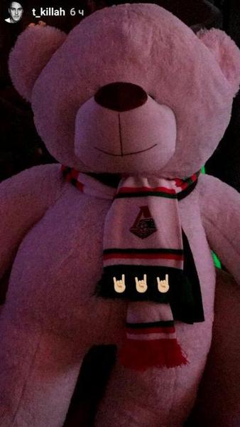 Главный герой вечера – медведь в шарфе «Локомотива»