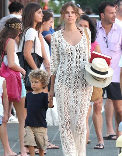 Даша Жукова с трехлетним сыном Аароном Александром на прогулке по пирсу