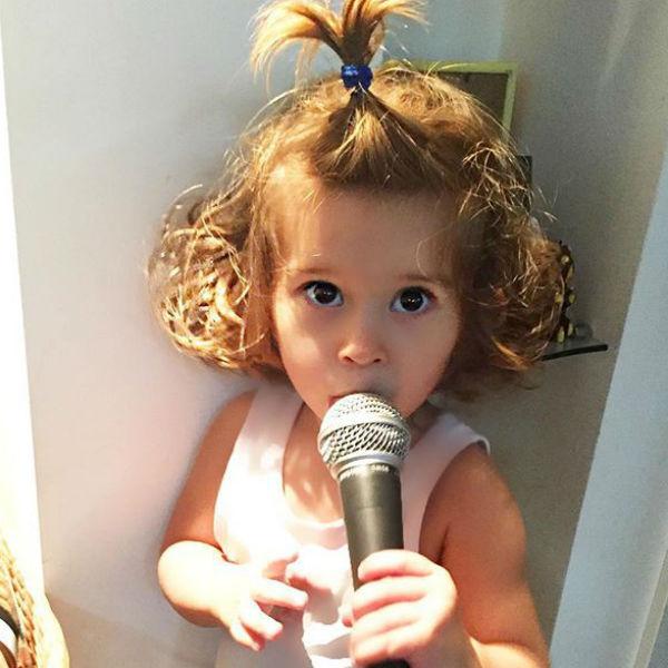 Девочка растет музыкальной и артистичной