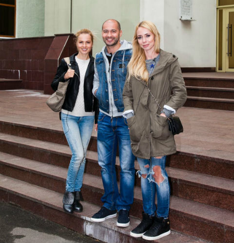 Андрей Черкасов, Александра Харитонова и Елена Босс у Центра крови ФМБА России