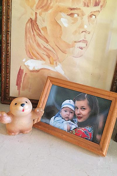 У Кати сохранилась детская фотография с игрушкой