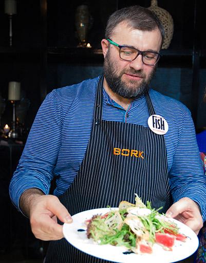 Михаил Пореченков угостил гостей салатом Нисуаз с тунцом на гриле