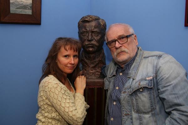 Сейчас актер счастлив с Еленой Хрипуновой